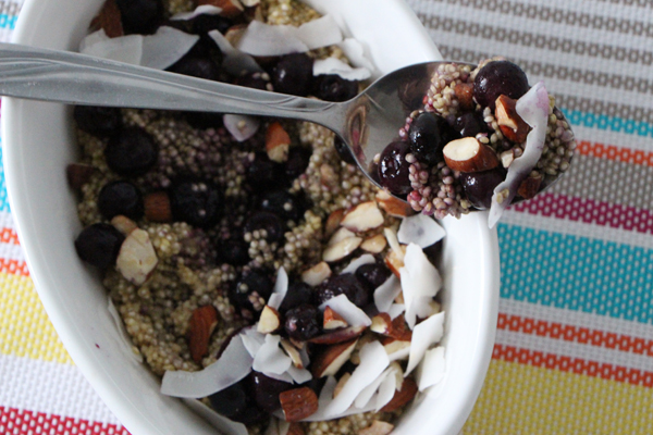 Breakfast Quinoa with berries, almonds and coconut | vegan | modern day missus